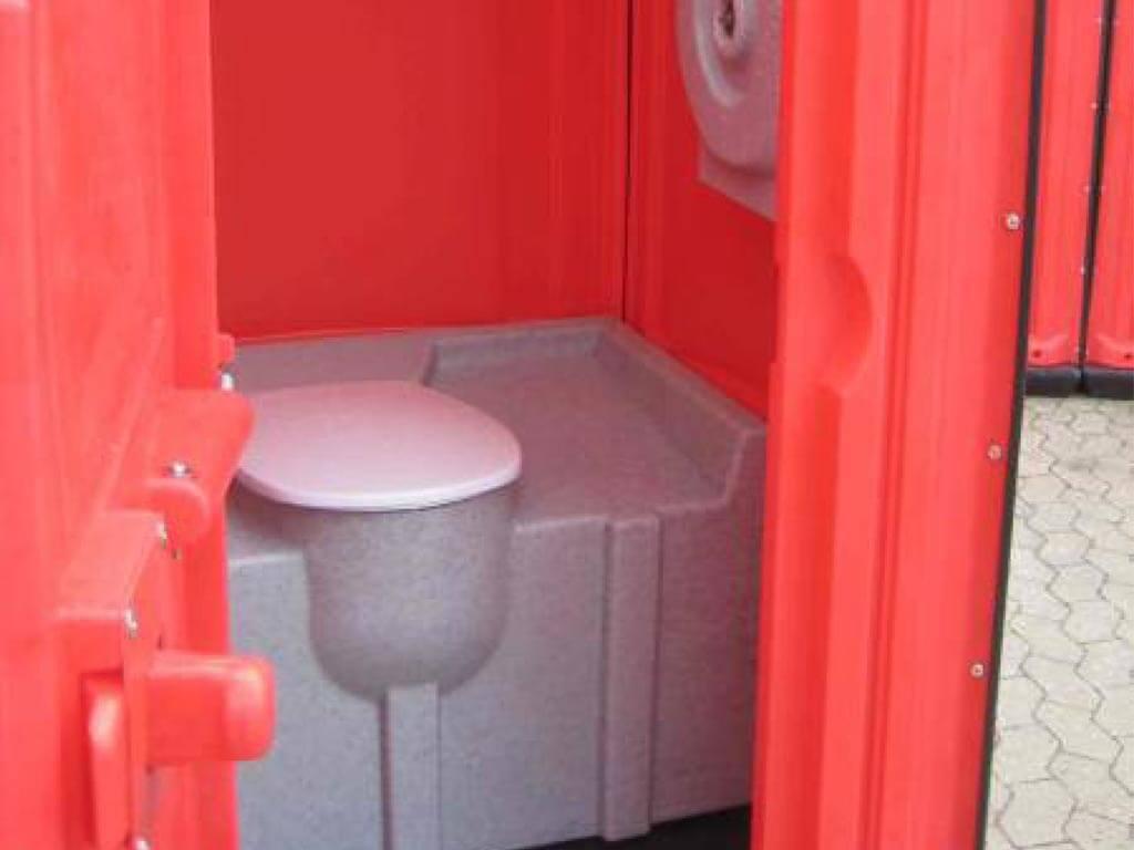 rød toiletkabine med tank set indefra også kendt som festivaltoilet