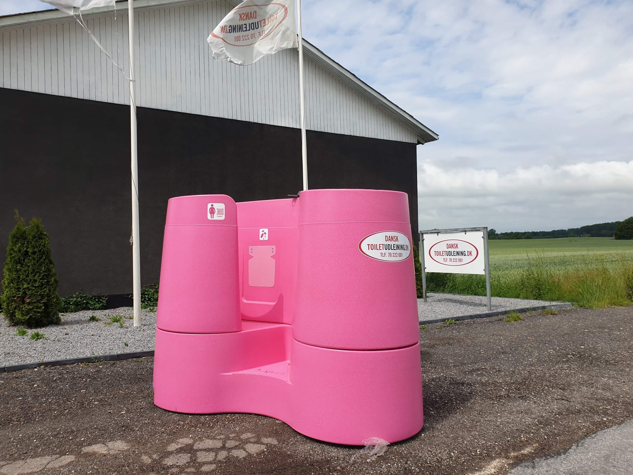 Kvindeurinalet, der består af 3 pink pissoirs og er 3 toiletter til kvinder
